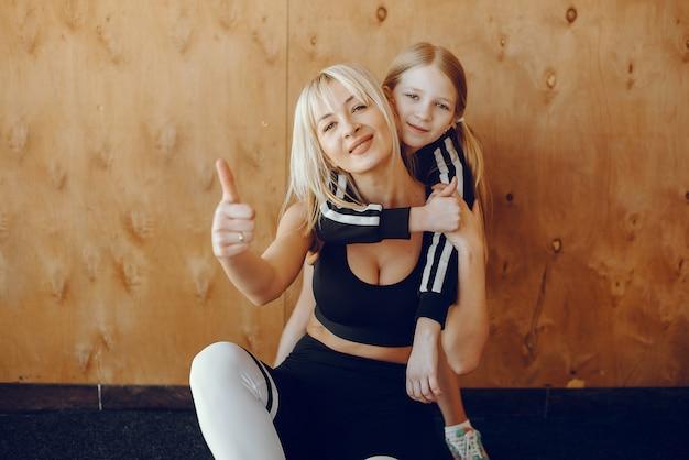 Мать и дочь занимаются йогой в студии йоги Бесплатные Фотографии