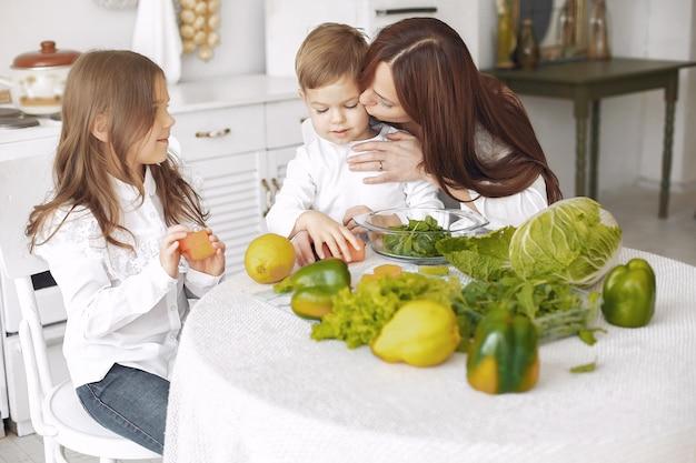 キッチンでサラダを準備する家族 無料写真