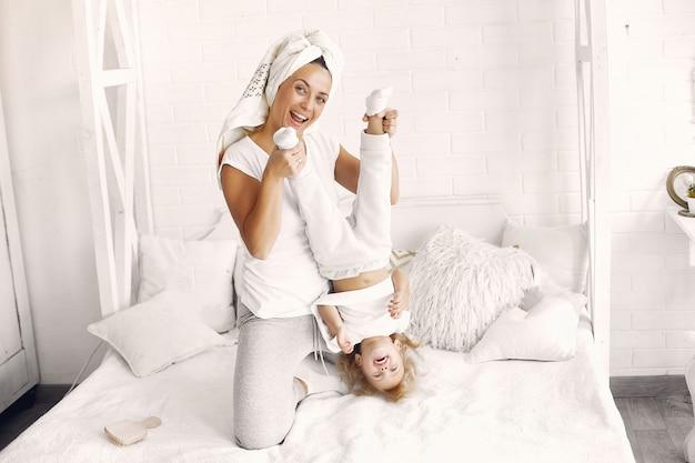 母と娘は家で楽しい時を過す 無料写真