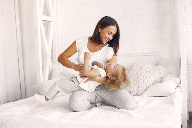 Мама и дочка развлекаются дома Бесплатные Фотографии
