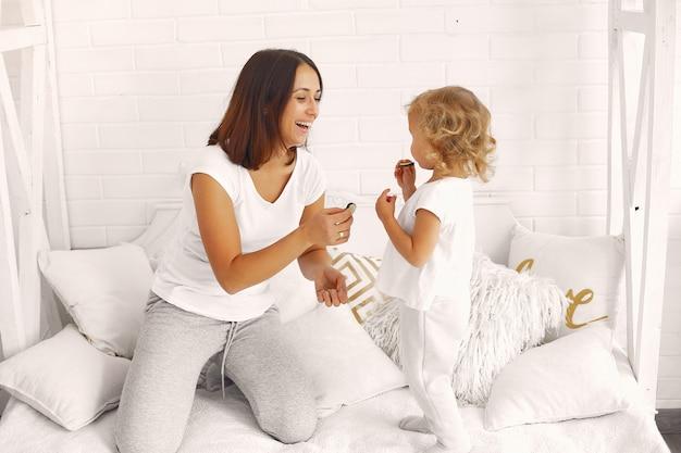 母と娘が家で楽しんで 無料写真