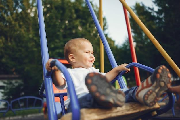 遊び場で楽しんでいるかわいい男の子 無料写真