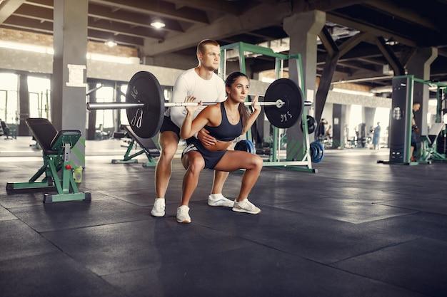 Спортивная пара в спортивной тренировке в тренажерном зале Бесплатные Фотографии