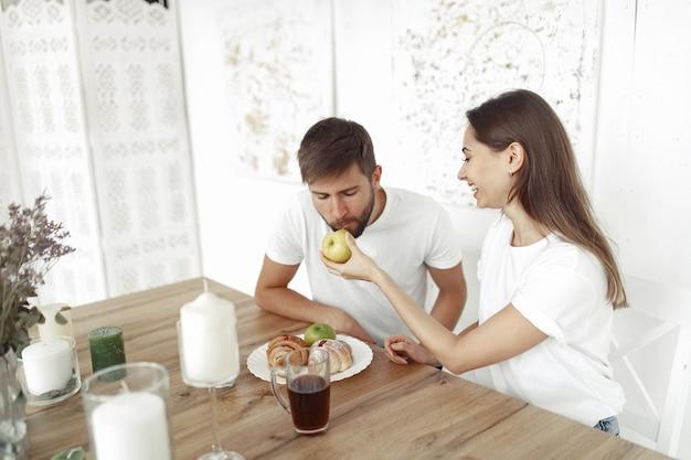 Красивая пара проводит время дома Бесплатные Фотографии