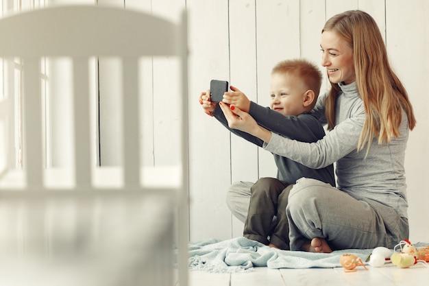 Мать и маленький сын играют дома Бесплатные Фотографии