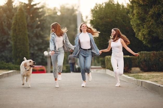 かわいい犬と春の街を歩く女の子 無料写真