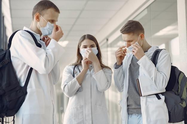 Студенты-медики в коридоре в масках Бесплатные Фотографии