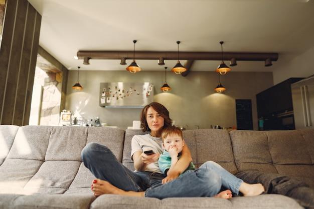 母と幼い息子に座ってテレビを見て 無料写真
