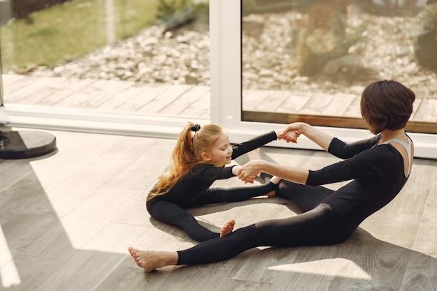 Женщина с дочерью занимается гимнастикой Бесплатные Фотографии