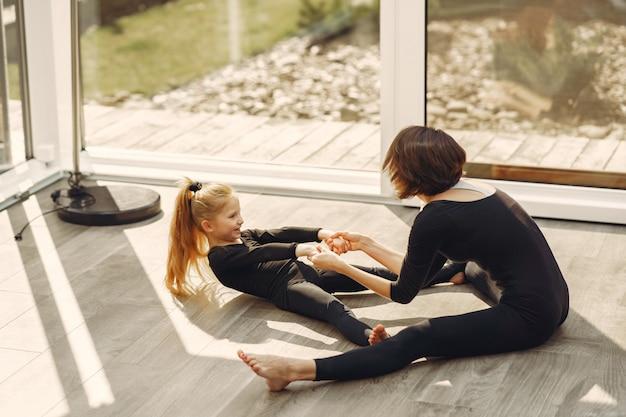 娘を持つ女性は体操に従事しています 無料写真