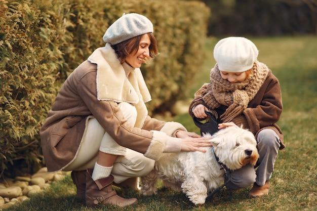 娘と母は犬と一緒に歩く 無料写真