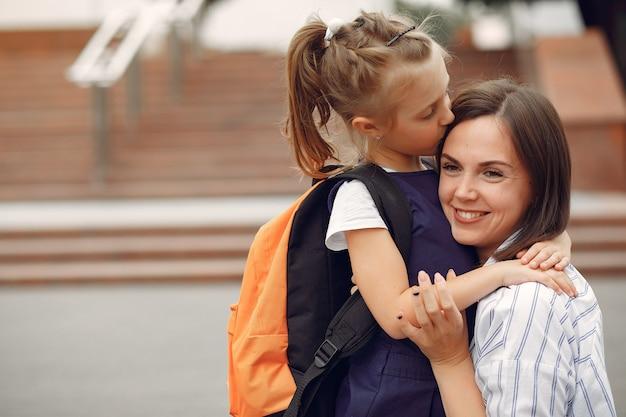 Мать готовит маленькую дочь к школе Бесплатные Фотографии