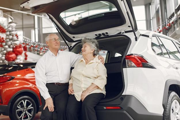 車のサロンでエレガントな老夫婦 無料写真