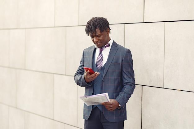 紺のスーツでハンサムな黒人男性 無料写真