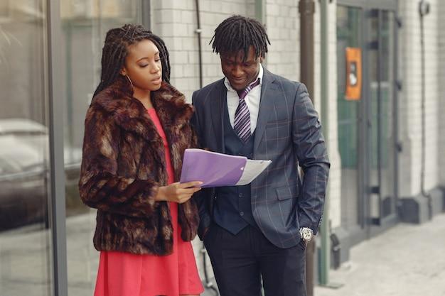 スタイリッシュな黒人カップルがビジネス会話 無料写真