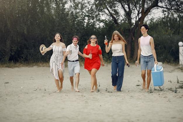 ドリンクを飲みながらビーチで楽しんでいる友人 無料写真