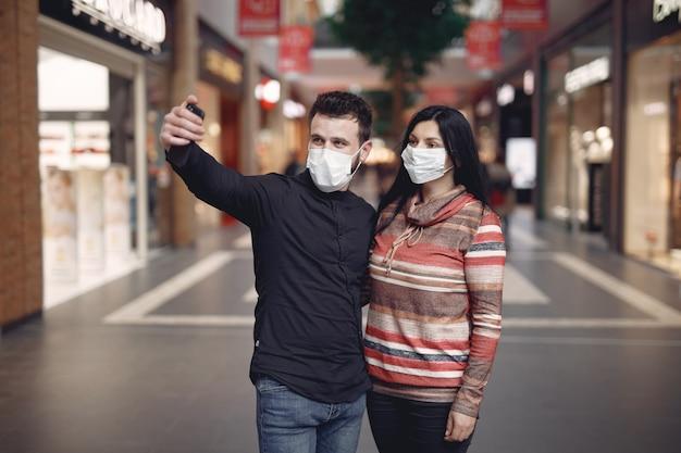 Люди, носящие защитную маску, делающие селфи Бесплатные Фотографии