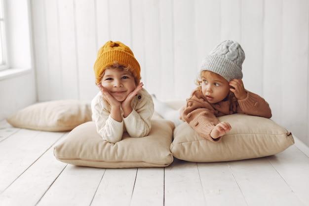 Милые дети веселятся Бесплатные Фотографии