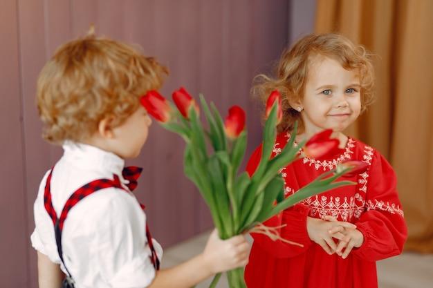 Элегантные маленькие дети с букетом тюльпанов Бесплатные Фотографии