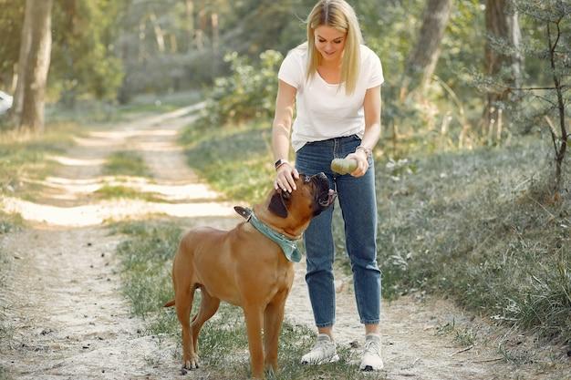 Женщина в летнем лесу играет с собакой Бесплатные Фотографии