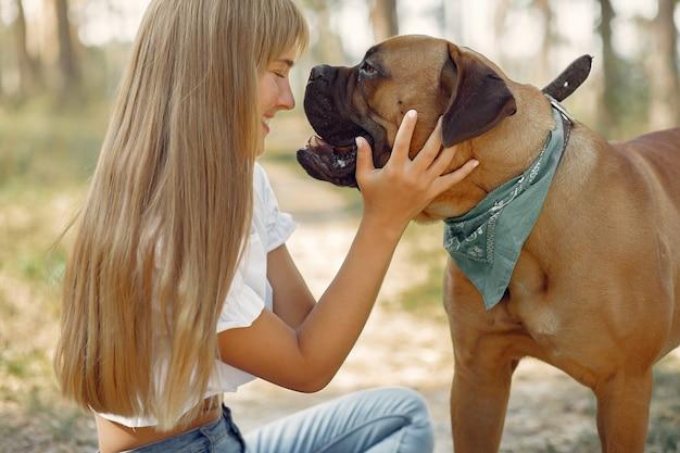 犬と遊ぶ夏の森の女 無料写真