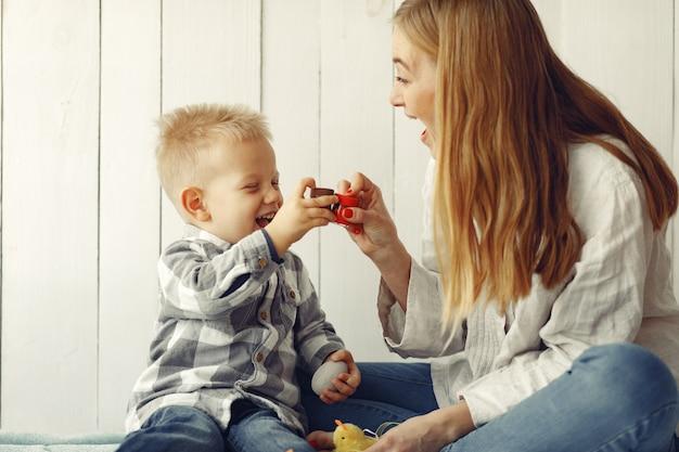 Мать с сыном готовится к пасхе у себя дома Бесплатные Фотографии