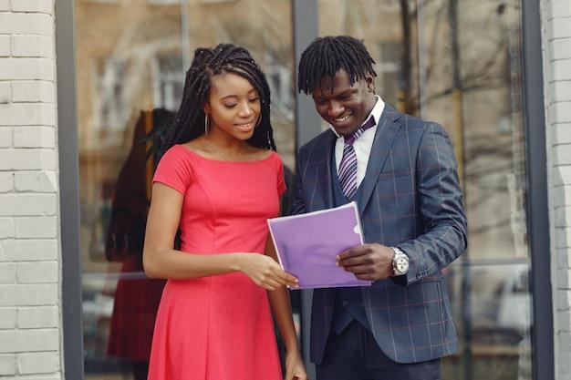 スタイリッシュな黒人カップルがビジネス会話をしています 無料写真