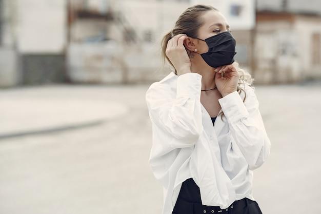 仮面の女が通りに立つ 無料写真