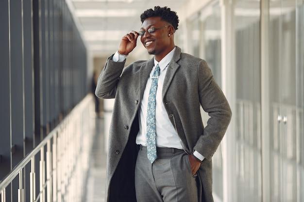 オフィスでエレガントな黒人男性 無料写真