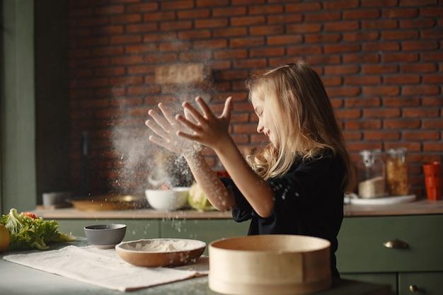 少女はクッキーの生地を調理します 無料写真