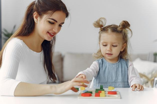 Репетитор с маленькой девочкой, занимающейся дома Бесплатные Фотографии