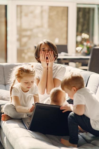 子供を持つ母親が家にいて検疫 無料写真