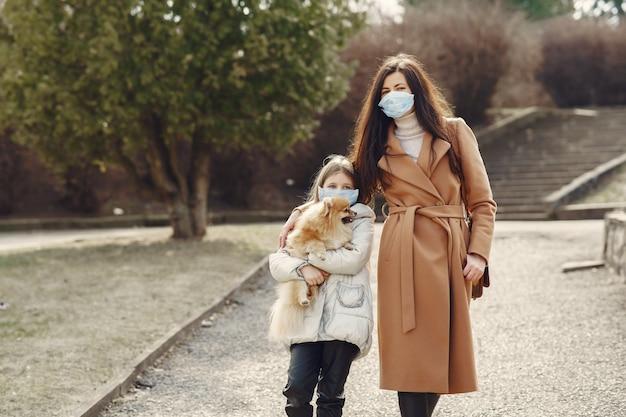 Мать с дочерью выходит на улицу в масках Бесплатные Фотографии