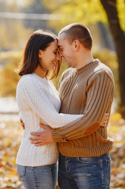 Красивая пара проводит время на осеннем парке Бесплатные Фотографии