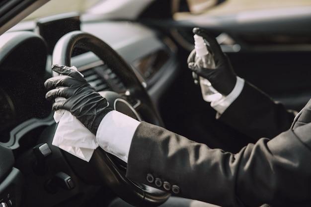 車の中に座っている黒いマスクの女性実業家 無料写真