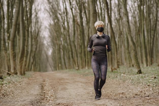 コロナウイルス中のマスクされた女性のトレーニング 無料写真