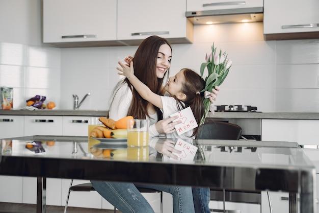 自宅で娘を持つ母 無料写真