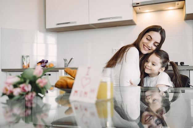 Мать с дочерью дома Бесплатные Фотографии