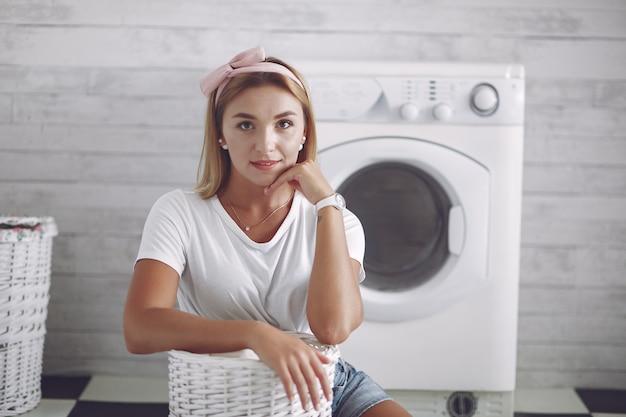 洗濯機の近くのバスルームの女性 無料写真