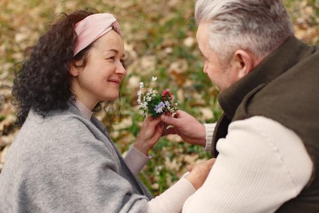春の森でエレガントな大人のカップル 無料写真