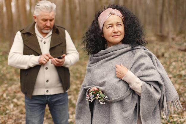 Элегантная пара взрослых в весеннем лесу Бесплатные Фотографии