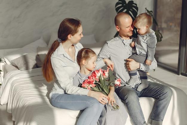 美しい家族が寝室で時間を過ごす 無料写真