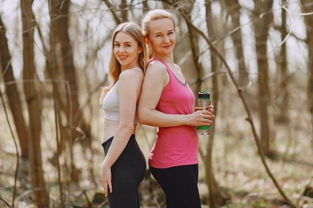 夏の森でのスポーツ家族研修 無料写真