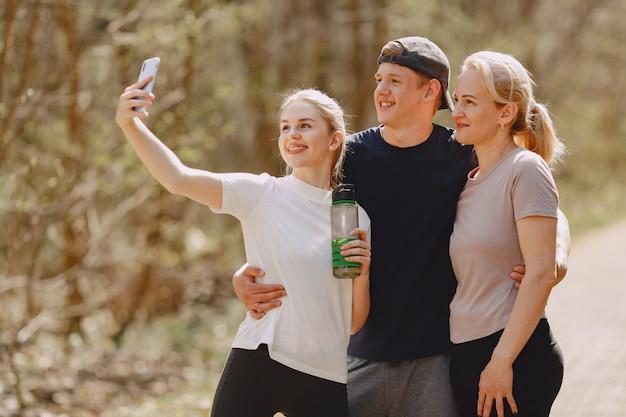 夏の森に立っているスポーツ家族 無料写真