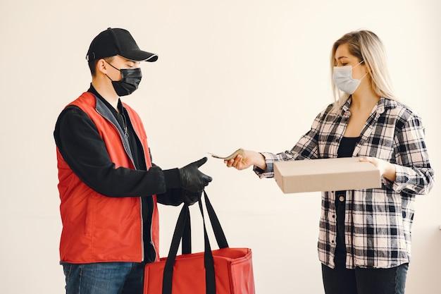 女性とメディックマスクの配達人 無料写真
