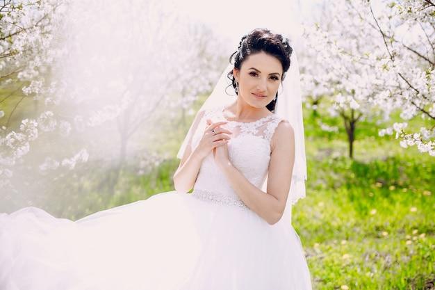 晴れた日の彼女のウェディングドレスで花嫁 無料写真