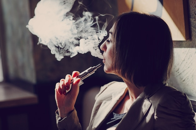 女性の喫煙蒸気 無料写真