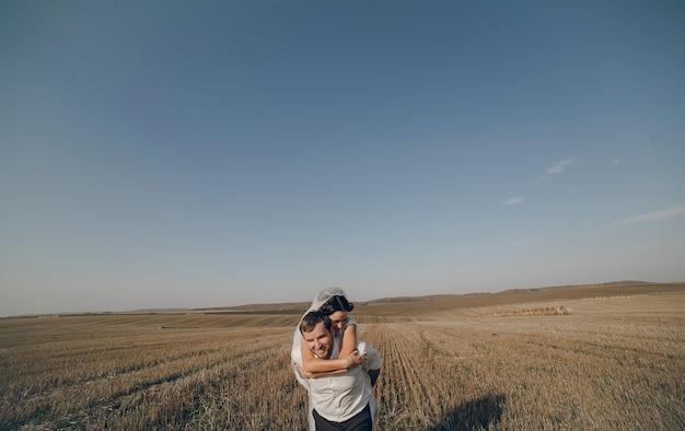 新郎の後ろに花嫁 無料写真