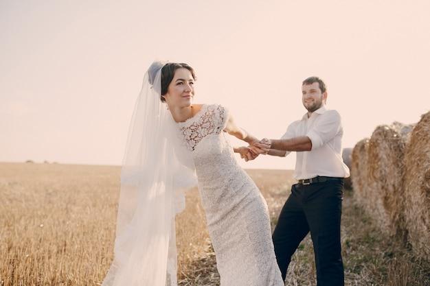 花嫁花婿引っ張っ 無料写真