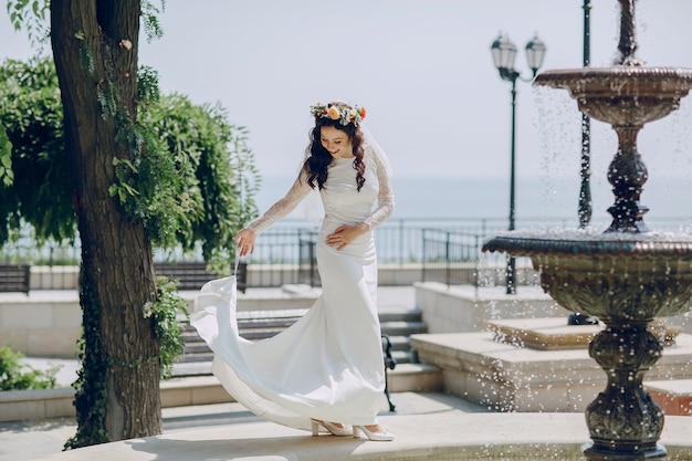 Невеста держит ее юбку Бесплатные Фотографии
